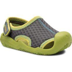 Sandały CROCS - Swiftwater Sandal K 204024 Graphite/Volt Green. Szare sandały chłopięce marki Crocs, z materiału, na rzepy. W wyprzedaży za 149,00 zł.
