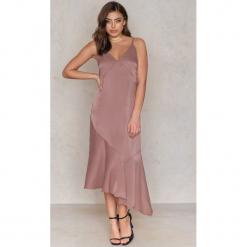 Tranloev Asymetryczna sukienka z głębokim dekoltem V - Pink. Różowe sukienki asymetryczne marki Tranloev, z satyny, z asymetrycznym kołnierzem, midi. W wyprzedaży za 85,19 zł.