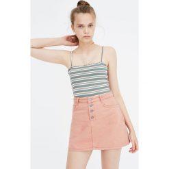Bladoróżowa spódnica jeansowa. Czerwone spódniczki jeansowe marki Pull&Bear. Za 89,90 zł.