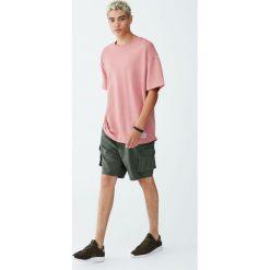 Bluza z krótkim rękawem i napisem. Czerwone bluzy męskie rozpinane Pull&Bear, m, z napisami, z krótkim rękawem, krótkie. Za 69,90 zł.