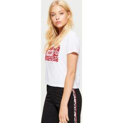 Koszulka z napisem - Biały. Białe t-shirty damskie marki Cropp, l, z napisami. Za 39,99 zł.