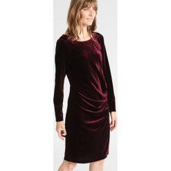 Kaffe KELLY Sukienka koktajlowa deep wine. Czerwone sukienki koktajlowe Kaffe, s, z elastanu. Za 379,00 zł.