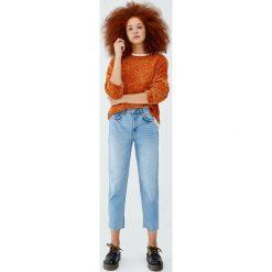 Jeansy mom fit z wysokim stanem. Niebieskie jeansy damskie relaxed fit marki Reserved. Za 79,90 zł.