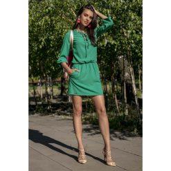 Zielona Codzienna Komfortowa Sukienka Sznurowana przy Dekolcie. Zielone sukienki na komunię Molly.pl, na co dzień, l, ze sznurowanym dekoltem. Za 149,90 zł.