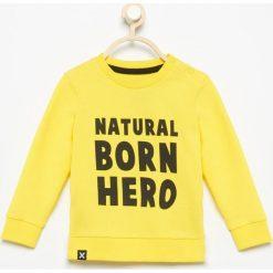 Bluza Natural born hero - Żółty. Czarne bluzy niemowlęce marki Reserved, z napisami. Za 29,99 zł.