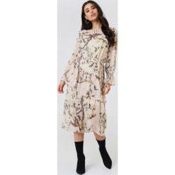 Trendyol Sukienka midi z falbaną - Nude. Szare długie sukienki marki Trendyol, na co dzień, z elastanu, casualowe, dopasowane. Za 202,95 zł.