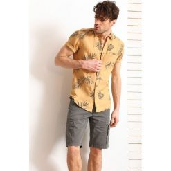 KOSZULA KRÓTKI RĘKAW MĘSKA SLIM FIT. Brązowe koszule męskie slim marki QUECHUA, m, z elastanu, z krótkim rękawem. Za 49,99 zł.