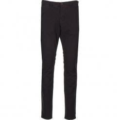 """Spodnie chino """"Classic"""" - Regular fit - w kolorze czarnym. Czarne chinosy męskie marki Mustang, l, z bawełny, z kapturem. W wyprzedaży za 152,95 zł."""