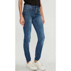 Guess Jeans - Jeansy 1981. Niebieskie boyfriendy damskie Guess Jeans, z podwyższonym stanem. Za 399,90 zł.