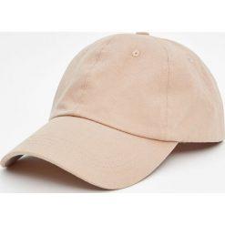 Beżowa czapka basic. Brązowe czapki z daszkiem męskie Pull&Bear. Za 39,90 zł.