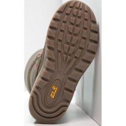 Jack Wolfskin RHODE ISLAND TEXAPORE  Śniegowce siltstone. Brązowe buty zimowe damskie marki Jack Wolfskin, z gumy. W wyprzedaży za 230,30 zł.