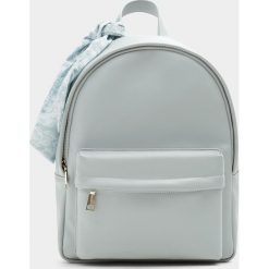Plecaki damskie: Plecak w miejskim stylu z ozdobą w niebieskim kolorze