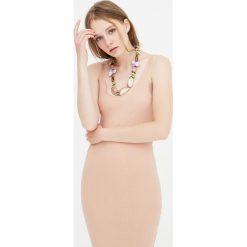 Sukienka midi z prążkowanego materiału na ramiączkach. Czarne sukienki hiszpanki Pull&Bear, prążkowane, na ramiączkach, midi. Za 49,90 zł.