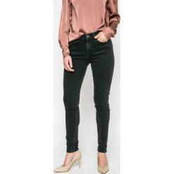 Wrangler - Jeansy W27HGQ11H. Szare jeansy damskie marki Wrangler, na co dzień, m, z nadrukiem, casualowe, z okrągłym kołnierzem, mini, proste. W wyprzedaży za 229,90 zł.