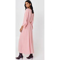 NA-KD Boho Sukienka z wiązanym rękawem - Pink. Niebieskie długie sukienki marki NA-KD Boho, na imprezę, w koronkowe wzory, z koronki, boho, na ramiączkach. Za 100,95 zł.