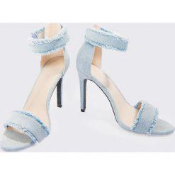 Linn Ahlborg x NA-KD Sandały na obcasie z dżinsu - Blue. Niebieskie sandały damskie z frędzlami marki Linn Ahlborg x NA-KD, z denimu, na wysokim obcasie, na obcasie. Za 181,95 zł.