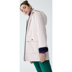 Płaszcz przeciwdeszczowy z futrzaną podszewką i kapturem. Czerwone płaszcze damskie pastelowe Pull&Bear, z futra. Za 199,00 zł.