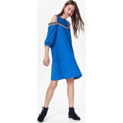Sukienki: DZIANINOWA SUKIENKA DAMSKA Z MODNĄ TAŚMĄ, COLD SHOULDER