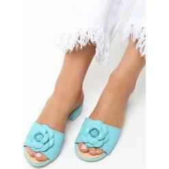 Niebieskie Klapki Flourish. Niebieskie klapki damskie ze zdobieniem marki Born2be, na niskim obcasie, na obcasie. Za 49,99 zł.