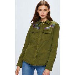 Guess Jeans - Kurtka. Brązowe kurtki damskie jeansowe marki Guess Jeans, l, z aplikacjami. W wyprzedaży za 479,90 zł.