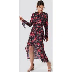 NA-KD Trend Asymetryczna sukienka z wiązaniem - Black,Multicolor. Białe długie sukienki marki NA-KD Trend, w paski, z poliesteru, z klasycznym kołnierzykiem. Za 161,95 zł.