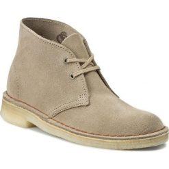 Trzewiki CLARKS - Desert Boot 261069414 Sand. Brązowe buty zimowe damskie Clarks, z kauczuku, na obcasie. W wyprzedaży za 329,00 zł.