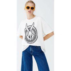 Koszulka z Królikiem Bugsem. Niebieskie t-shirty damskie marki Pull&Bear. Za 69,90 zł.