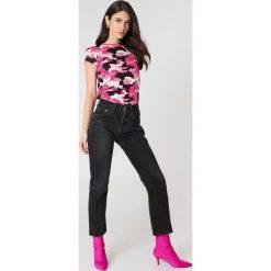 NA-KD T-shirt moro z surowym wykończeniem - Pink,Multicolor. Różowe t-shirty damskie NA-KD, moro, z bawełny, z okrągłym kołnierzem. W wyprzedaży za 24,29 zł.