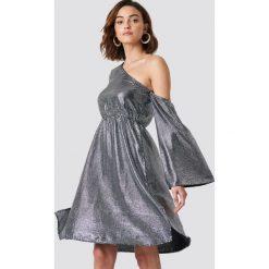 NA-KD Party Asymetryczna sukienka z cekinami - Silver. Szare sukienki asymetryczne NA-KD Party, na imprezę, z asymetrycznym kołnierzem. Za 283,95 zł.