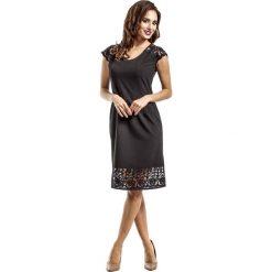 Czarna Elegancka Dopasowana Sukienka Midi z Koronką. Czarne sukienki balowe Molly.pl, na imprezę, l, w koronkowe wzory, z koronki, z okrągłym kołnierzem, z krótkim rękawem, midi, dopasowane. Za 119,90 zł.