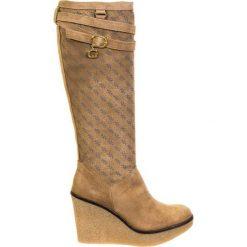 Skórzane kozaki w kolorze beżowym. Brązowe buty zimowe damskie Guess, z materiału, na koturnie. W wyprzedaży za 549,95 zł.
