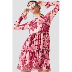 NA-KD Boho Siateczkowa sukienka z falbaną - Pink,Multicolor. Niebieskie długie sukienki marki NA-KD Boho, na imprezę, w koronkowe wzory, z koronki, boho, na ramiączkach. Za 202,95 zł.