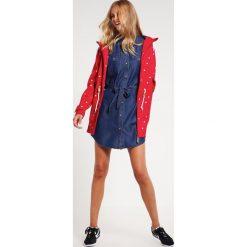 Derbe ISLAND FRIESE Kurtka przeciwdeszczowa red. Czerwone kurtki damskie przeciwdeszczowe marki Derbe, z materiału. W wyprzedaży za 471,20 zł.