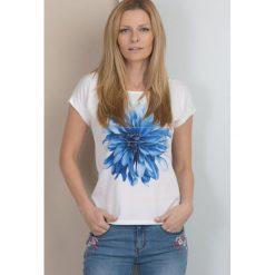 T-shirt z barwnym kwiatem II. Szare t-shirty damskie marki Monnari, uniwersalny, z napisami, z jeansu. Za 59,50 zł.