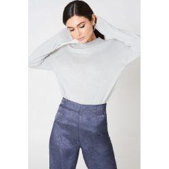 Rut&Circle Sweter z półgolfem Cailyn - Grey. Zielone swetry klasyczne damskie marki Rut&Circle, z dzianiny, z okrągłym kołnierzem. W wyprzedaży za 44,38 zł.