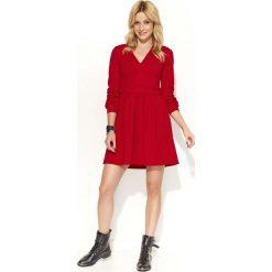 Czerwona Sukienka Rozkloszowana z Dekoltem V. Czerwone sukienki koktajlowe marki Molly.pl, l, z tkaniny, dekolt w kształcie v, mini, dopasowane. Za 109,90 zł.