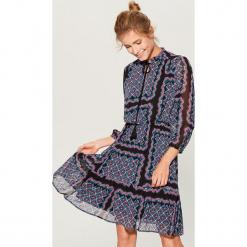 Sukienka z wiązaniem na dekolcie - Wielobarwn. Szare sukienki na komunię marki Mohito. Za 149,99 zł.
