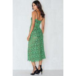 Sukienki dzianinowe: Beatrix for NA-KD Sukienka Midi Floral Crochet – Green