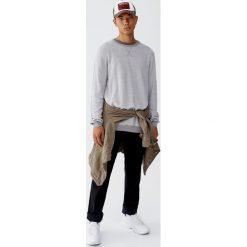 Sweter z kontrastowym obszyciem. Szare swetry klasyczne męskie Pull&Bear, m, z kontrastowym kołnierzykiem. Za 89,90 zł.