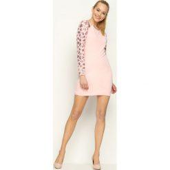 Różowa Sukienka Silver Star. Czerwone sukienki mini marki Born2be, s, w paski, retro, z dekoltem na plecach, z długim rękawem, dopasowane. Za 89,99 zł.
