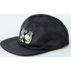 Satynowa czapka z haftem. Czarne czapki z daszkiem męskie Pull&Bear, z haftami, z satyny. Za 59,90 zł.