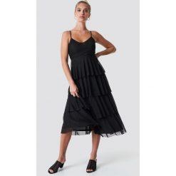 NA-KD Sukienka na ramiączkach - Black. Czarne długie sukienki marki NA-KD, dekolt w kształcie v, na ramiączkach. Za 202,95 zł.