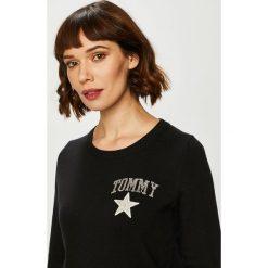 Tommy Hilfiger - Sweter. Szare swetry klasyczne damskie marki TOMMY HILFIGER, m, z nadrukiem, z bawełny, casualowe, z okrągłym kołnierzem. Za 649,90 zł.