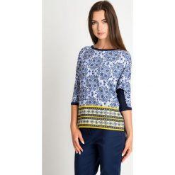 Granatowa bluzka z orientalnym wzorem QUIOSQUE. Niebieskie bluzki asymetryczne QUIOSQUE, z nadrukiem, z dzianiny, eleganckie, z okrągłym kołnierzem. W wyprzedaży za 49,99 zł.