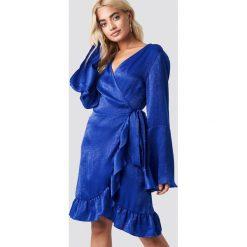 Rut&Circle Kopertowa sukienka Sofia - Blue. Niebieskie długie sukienki Rut&Circle, z tkaniny, z kopertowym dekoltem, z długim rękawem, kopertowe. Za 161,95 zł.