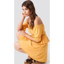 Debiflue x NA-KD Krótka sukienka z odkrytymi ramionami - Yellow. Żółte sukienki mini marki Mohito, l, z dzianiny. Za 121,95 zł.
