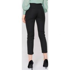 Spodnie damskie: NA-KD Classic Spodnie z wysokim stanem i paskiem - Black