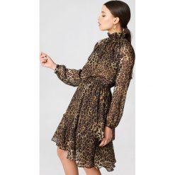 Sukienki: NA-KD Boho Sukienka z marszczoną stójką - Brown,Multicolor