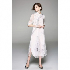 Sukienka w kolorze białym. Białe sukienki asymetryczne marki Zeraco, z asymetrycznym kołnierzem, midi. W wyprzedaży za 349,95 zł.