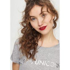 T-shirt z napisem - Jasny szar. Czerwone t-shirty damskie marki House, l, z napisami. Za 19,99 zł.